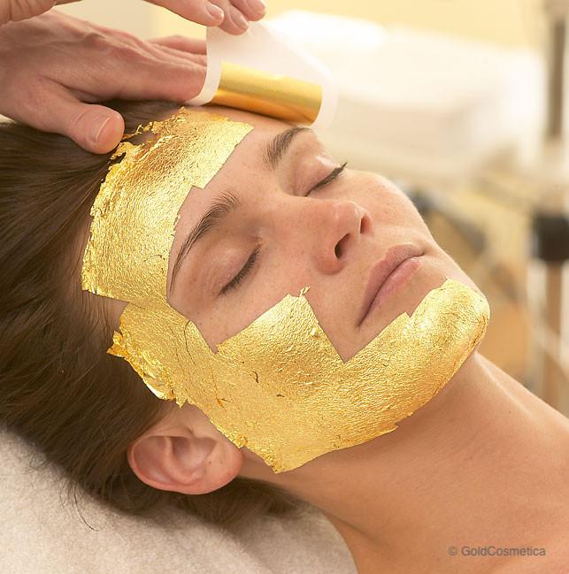 Gesichtsbehandlung mit Blattgold